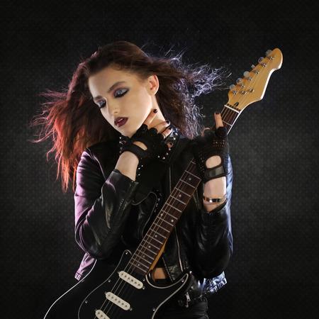 rocker girl: La estrella de rock que presenta con su guitarra