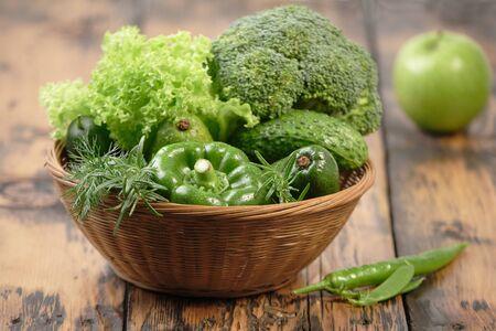 verduras verdes: Surtido de verduras de color verde en la mesa de la cocina Foto de archivo