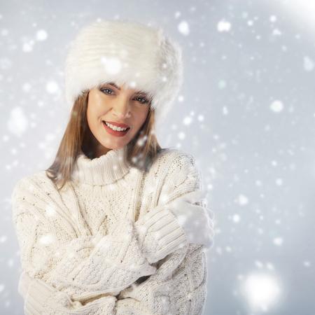 ropa de invierno: Retrato de invierno. Mujer llevaba gorra de piel y suéter de punto Foto de archivo