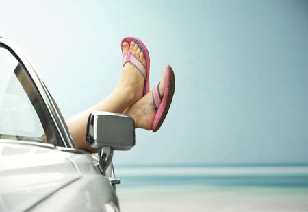 Las piernas se muestra del convertible de la vendimia