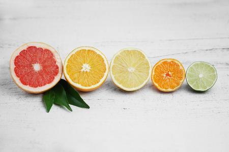 CITRICOS: Las frutas cítricas en el fondo de madera blanca