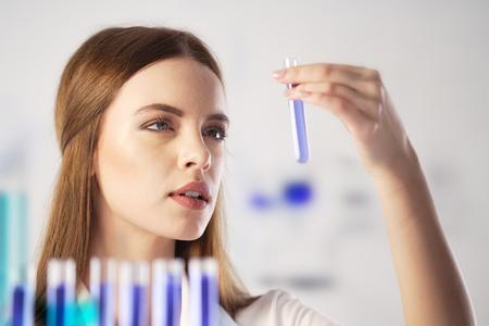 in vitro: Científico que trabaja en el laboratorio