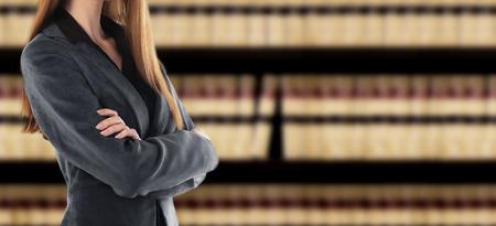 Geschäftsfrau vor einem Bücherregal Lizenzfreie Bilder