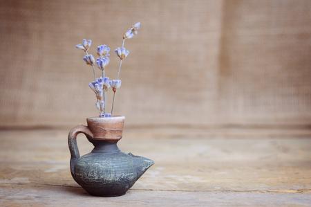 flor de lavanda en la botella sobre la mesa de madera Foto de archivo