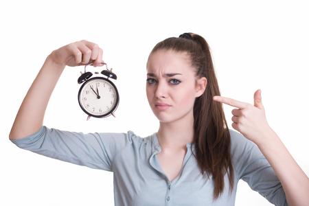 Estudiante tensionado con el reloj en su mano apuntando a las 11:55