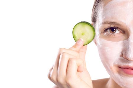 cremas faciales: Mujeres de la belleza que consigue la m�scara facial Foto de archivo
