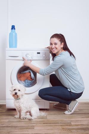 Frau Ab Waschmaschine Standard-Bild