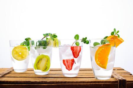 Erfrischende Sommer-Mocktails oder Cocktails isoliert auf weiß