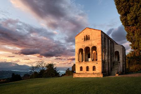 サンタ・マリア・デル・ナランコ、オビエド、アストゥリアス、スペイン、ヨーロッパ。前ロマネスク時代の地下室がある小さな宮殿教会。トップ