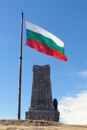 Drapeau de la Bulgarie et Shipka monument de la liberté