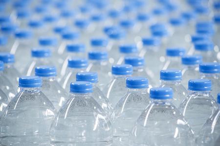agua purificada: Curvas de muchas botellas de agua, agua fresca y limpia