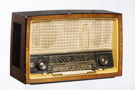 Una vieja radio de estilo retro de la década de 1950 aislados en el fondo blanco.