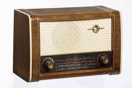 Une vieille radio de style rétro des années 1950 isolé sur fond blanc.