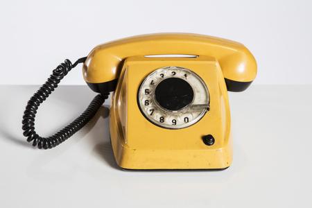 Oude telefoon geïsoleerd op wit