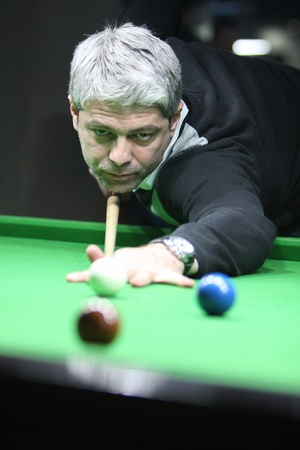 A snooker player concentrated Фото со стока