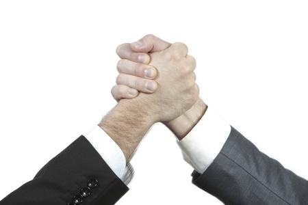 buen trato: Dos hombre de negocios d�ndose la mano como resultado de un buen acuerdo de inversi�n con �xito Foto de archivo