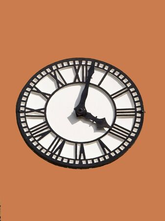 numeros romanos: un reloj de blanco y negro con n�meros romanos sobre un fondo de color naranja