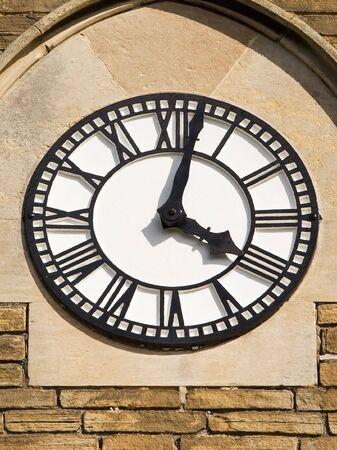 numeros romanos: un reloj en blanco y negro con n�meros romanos en una torre de la iglesia