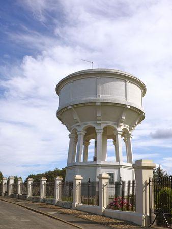 puertas de hierro: un dep�sito de agua convertido con puertas de hierro bajo un cielo de verano azul