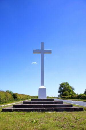memorial cross: un memoriale grande croce con passaggi dal lato di una strada di campagna in Inghilterra Archivio Fotografico