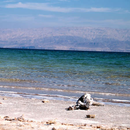 gedi: Beach of the Dead Sea against the backdrop of the mountains in Ein Gedi, Israel