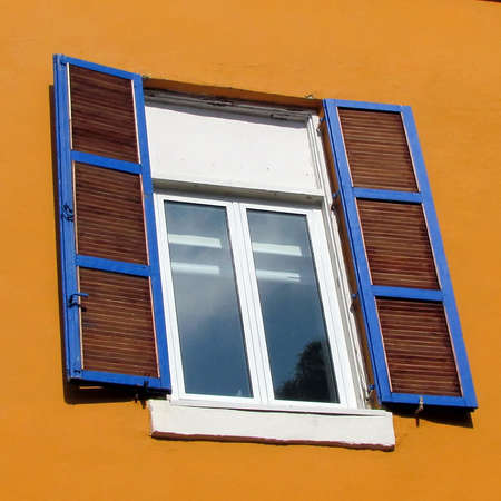 Window with shutters of the house in quarter Neve Tsedek of Tel Aviv, Israel                                                              Imagens