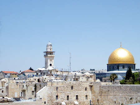 Rock Mosque and Ghawanima minaret in the old city of Jerusalem, Israel     Imagens