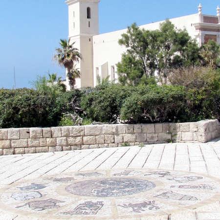 signes du zodiaque: Les signes du zodiaque en face de l'�glise Saint-Pierre en vieille ville de Jaffa, Isra�l
