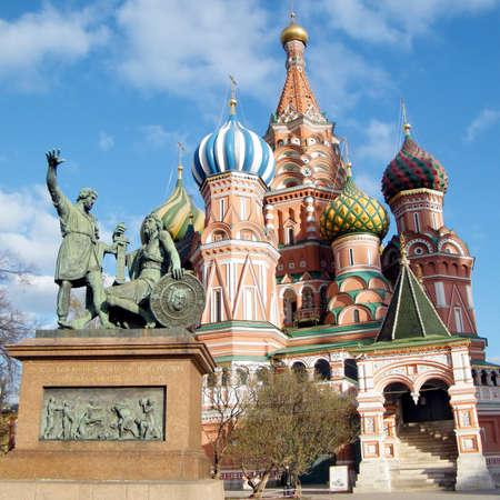 albahaca: La Catedral y el monumento a Minin y Pozharski San Basilio en Mosc�, Rusia Foto de archivo