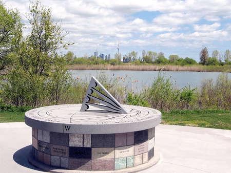 reloj de sol: Sun-dial en Air India memorial en Humber Bay Park en la orilla del lago Ontario en Toronto, Canad�