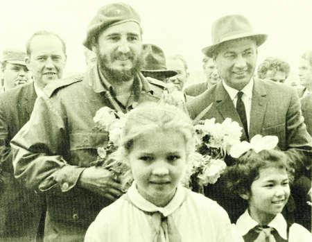 castro: Old photo: Castro and Rashidov with pioneer girls in Yangiyer, 10 May 1963, Uzbekistan