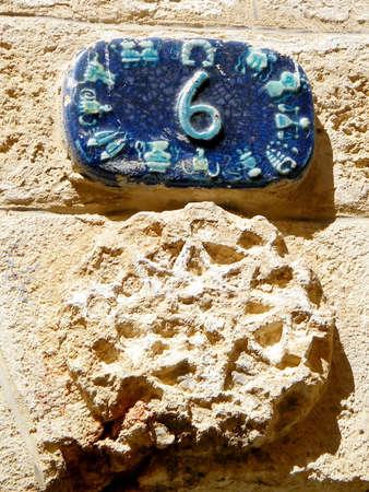 Número de casa del zodiaco de señales de la calle en Jaffa, Israel