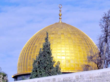 Gold Dome of Rock Mosque against a blue sky in the old city of Jerusalem, Israel Imagens