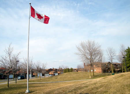 thornhill: Canadian flag in Bathurst Estates Park in Thornhill, Canada