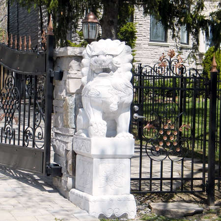 thornhill: Sculpture of a lion in Thornhill Ontario, Canada