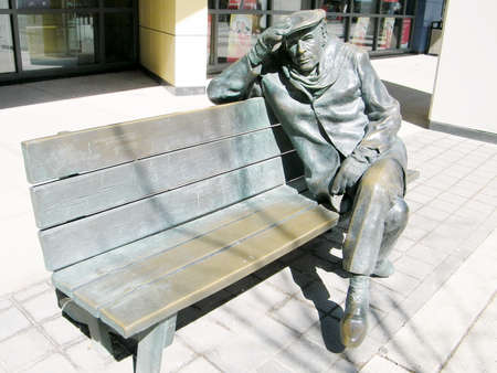 glenn: Life-sized bronze statue of Glenn Gould, sitting on a park bench in downtown Toronto, Canada