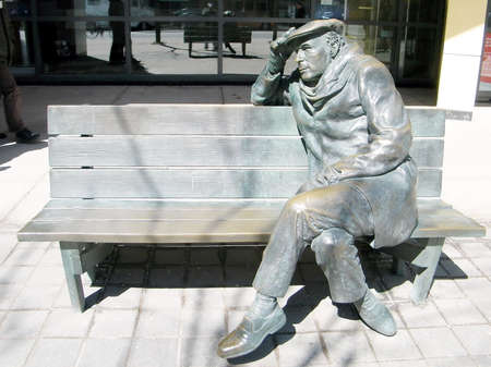 glenn: The life-sized bronze statue of Glenn Gould, sitting on a park bench in downtown Toronto, Canada