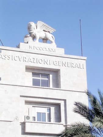 leon con alas: La estatua del león alado león de Judah o el León de San Marcos en la azotea del edificio Generali en Jerusalén, Israel Foto de archivo