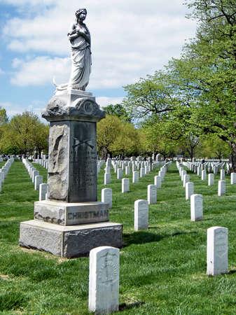 i i  i i toga: Christman Monument en el Cementerio Nacional de Arlington en Arlington, Estados Unidos, 9 de abril de 2010