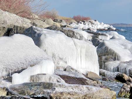 Il paesaggio glaciale su una riva del lago Ontario a Toronto, Canada, il 6 gennaio 2017 Archivio Fotografico - 76837344