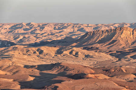 View of the mountain ranges of Ramon Crater at sunset. The Negev Desert. Israel Banque d'images