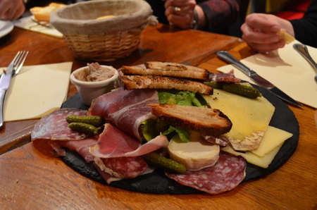 charcuter�a: Un plato de embutidos en un caf� de Par�s disfrut� entre amigos Foto de archivo