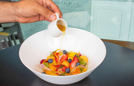 culinary berries salad fruit with hang putting vinaigrette 版權商用圖片