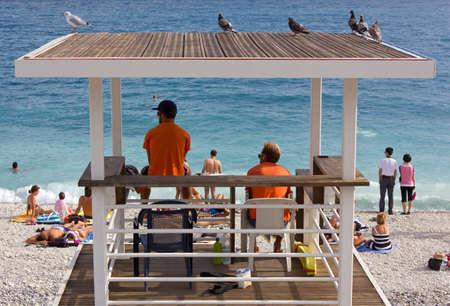 bathers: Due bagnini in servizio a guardare i bagnanti dalla loro torre