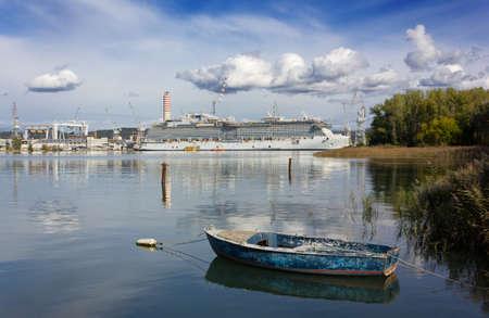 モンファルコーネの造船所、アドリア海のビュー 写真素材