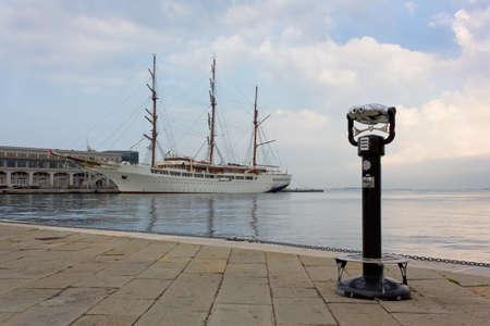 clavados: Frente al mar con Amarrado Barco de vela y prism�ticos fijos