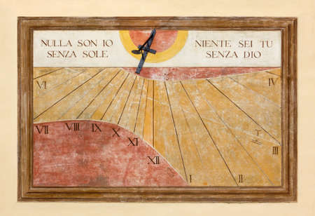 reloj de sol: Reloj de sol con un tema religioso
