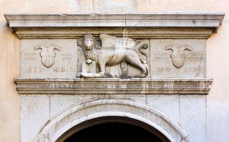 leon con alas: León alado veneciano sobre una puerta de la ciudad en Piran, Eslovenia