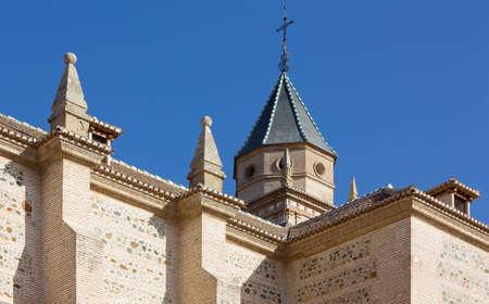 Red Cross: Vista de la Iglesia de Mar�a St de la Alhambra en Granada, Espa�a Foto de archivo
