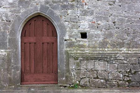 cruz roja: Old gothic church back door Foto de archivo